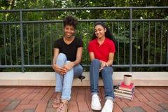 2 student buiten op campus Stock Afbeelding