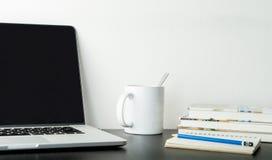 Student, Bureau werkende lijst met koffieboek en laptop Stock Foto