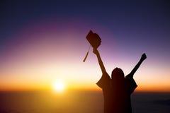 Student Celebrating Graduation die op het zonlicht letten stock afbeelding