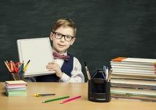 Student Child, das Bucheinband, Schulkinderjungen im Klassenzimmer hält Lizenzfreie Stockfotos