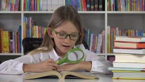 Student Child Learning, die bij Bibliotheek, de Lezingsboek van het Schooljonge geitje, Meisjesklasse bestuderen stock video