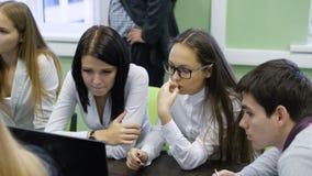 Student collegu patrzeje w opowiadać i monitor zbiory