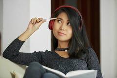 Student collegu pociska podsadzkowy czasopismo zdjęcie royalty free