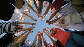 Student Collegu pracy zespołowej sztaplowania ręki pojęcie Dziewiętnaście przyjaciół zbiory wideo