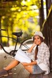 Student collegu studiuje outdoors fotografia royalty free