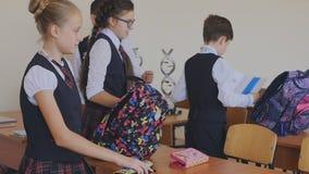 Student collegu w mundurka szkolnego narządzaniu dla początku lekcja Szkoła średnia ucznie w sali lekcyjnej zbiory wideo