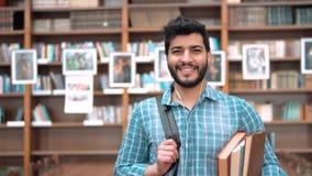 Student in de bibliotheek stock footage