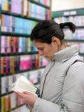 Student in de bibliotheek Royalty-vrije Stock Afbeelding