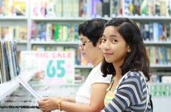 Student in de boekhandel royalty-vrije stock afbeeldingen
