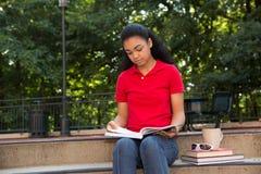 Student, der auf dem Campus studiert Lizenzfreie Stockfotografie