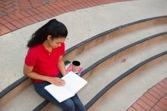 Student, der auf dem Campus studiert Lizenzfreies Stockbild