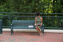 Student, der auf dem Campus studiert Stockfotos