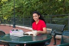Student, der auf dem Campus studiert Stockbild