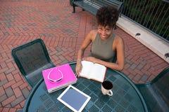 Student, der auf dem Campus studiert Stockfotografie