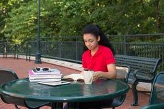 Student, der auf dem Campus studiert Lizenzfreies Stockfoto