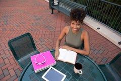 Student, der auf dem Campus studiert Stockfoto