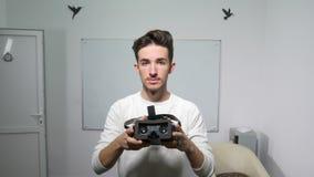 Student, der auf Gläser der virtuellen Realität zu jemand vor ihm gesehen in pov-Perspektive - VR sich setzt stock video