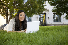 Student, der auf Laptop studiert Lizenzfreies Stockbild