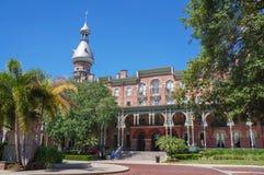 Student, der am Campus der Universität von Tampa in Tampa geht Lizenzfreies Stockfoto