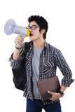 Student, der durch Megaphon schreit Stockbild