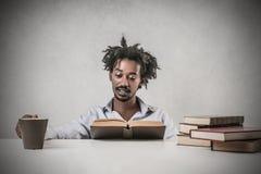 Student, der ein Buch liest lizenzfreie stockbilder