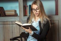 Student, der ein Buch liest Stockfoto