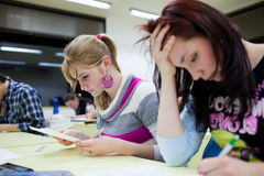 Student, der in einem Klassenzimmer sitzt Lizenzfreie Stockbilder