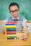 Student, der einen Abakus in der Klasse verwendet Lizenzfreies Stockbild