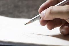 Student, der einen Test, eine Aufschrift auf Bleistift schreibt Stockfotos