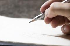 Student, der einen Test, eine Aufschrift auf Bleistift schreibt Stockfoto