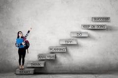 Student, der Erfolgstext auf Treppe zeigt Lizenzfreie Stockbilder