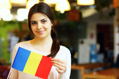Student, der Flagge von Rumänien hält Lizenzfreies Stockbild