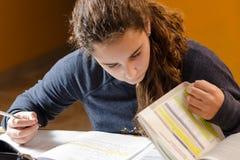 Student, der ihre Lektion bearbeitet lizenzfreie stockbilder