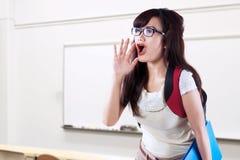 Student, der im Klassenzimmer schreit Stockbild