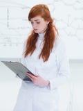 Student, der Kenntnisse im Labor nimmt Stockfotografie