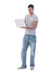 Student, der Laptopstellung verwendet Lizenzfreie Stockbilder