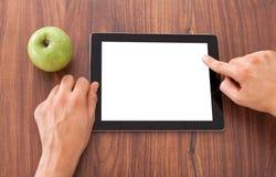 Student, der leere digitale Tablette verwendet Lizenzfreies Stockbild