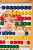 Student, der Mathe auf Abakus tut Lizenzfreie Stockfotos