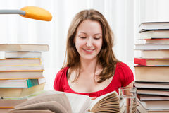 Student, der mit Büchern studiert lizenzfreie stockfotos