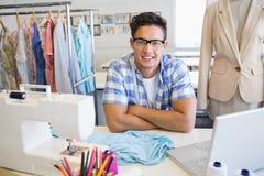 Student, der mit Nähmaschine und Laptop sitzt Stockfotos