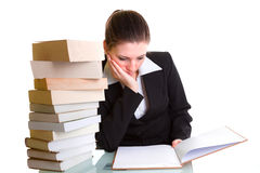 Student, der mit Stapel der Bücher auf dem Schreibtisch lernt Lizenzfreies Stockfoto