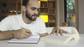 Student, der Schreiben im Notizbuch studiert stock footage