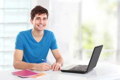 Student, der seinen Laptop verwendet Lizenzfreies Stockfoto