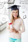 Student in der Staffelungskappe mit Zertifikat Stockfotografie