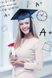 Student in der Staffelungskappe mit Zertifikat Lizenzfreie Stockfotografie