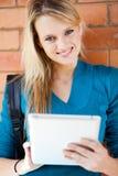 Student, der Tablettecomputer verwendet Lizenzfreies Stockfoto
