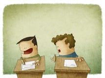 Student, der versucht, an der Prüfung zu betrügen