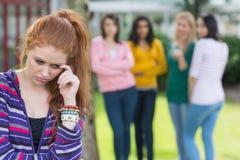 Student, der von einer Gruppe Studenten eingeschüchtert wird lizenzfreies stockbild