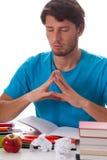 Student, der vor Aufgabe meditiert lizenzfreie stockbilder