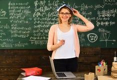 Student, der Zusammensetzung für jährliche Prüfungsvorbereitung, freundlichen Lehrer und erwachsenen lächelnden Studenten in Klas stockfotografie
